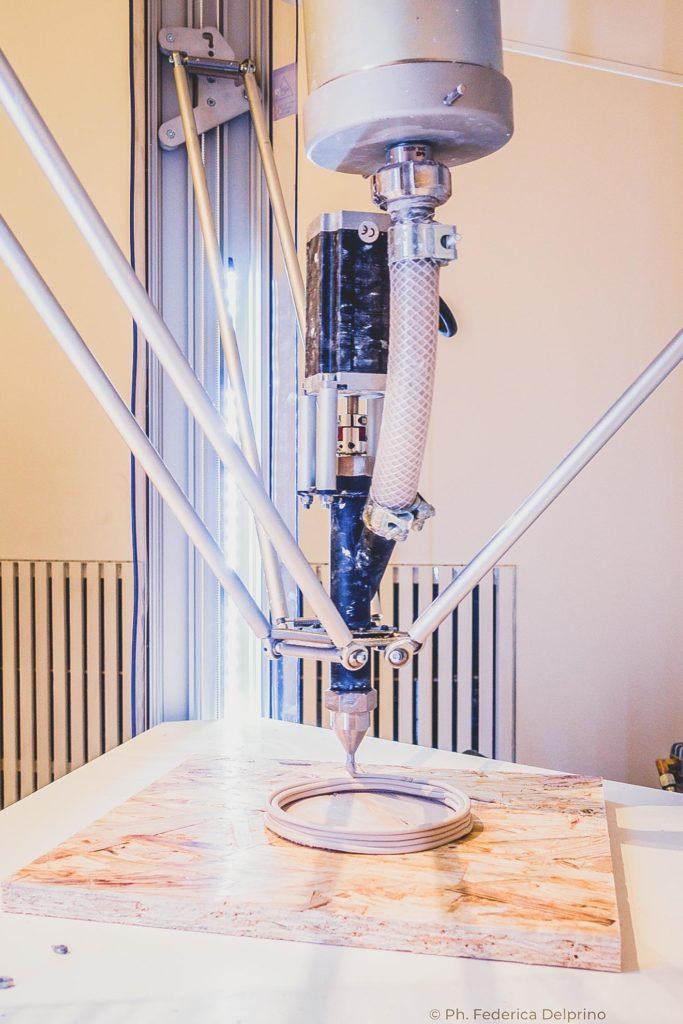LDM Wasp Delta 4100 stampante 3D durante la stampa di uno dei vasi di shanke lutkz presso il museo della ceramica di savona