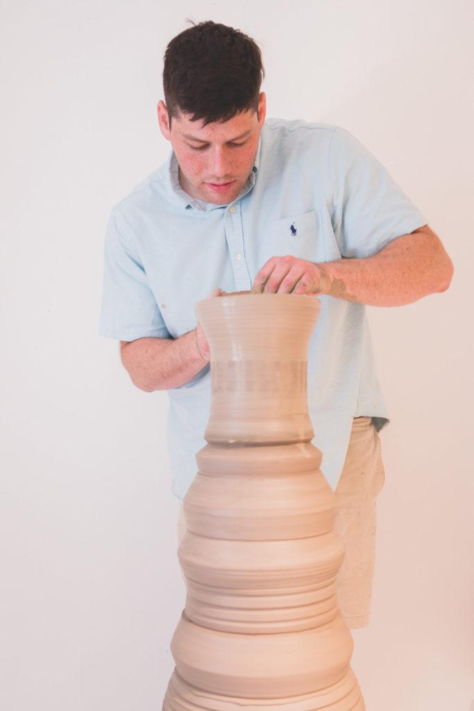 shane lutzk modella uno dei suoi vasi giganti componendone i pezzi