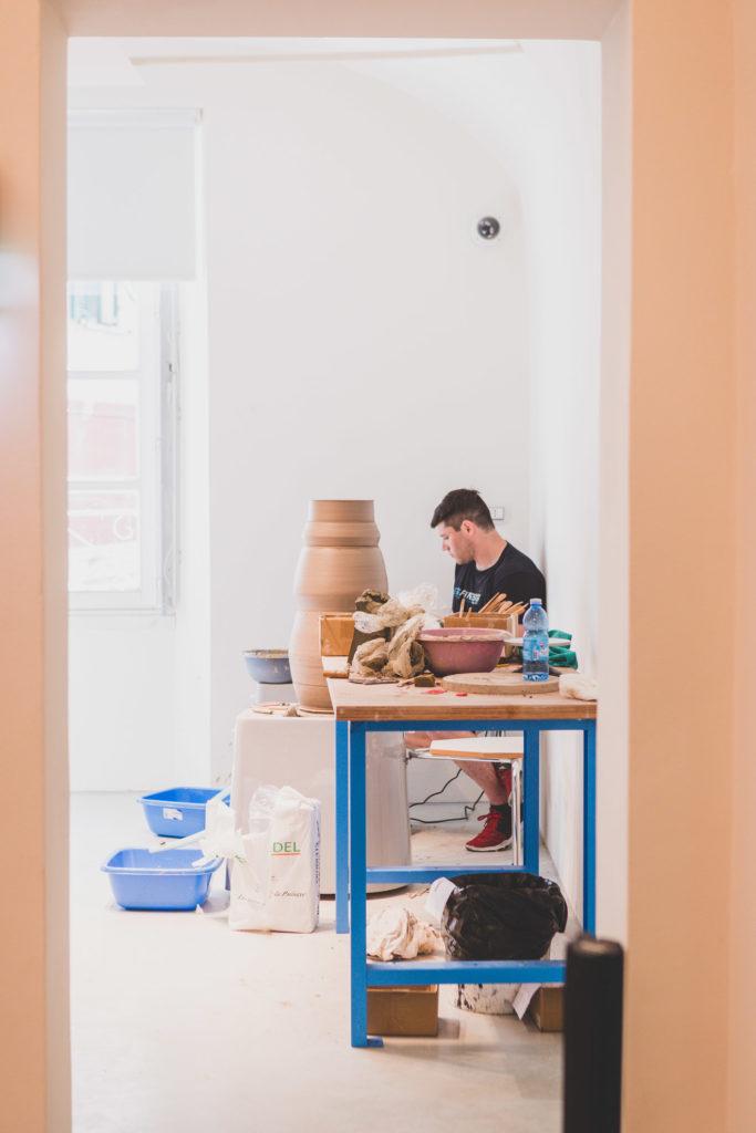 shane lutzk, artista americano in residenza artistica ceramica, nel laboratorio del museo