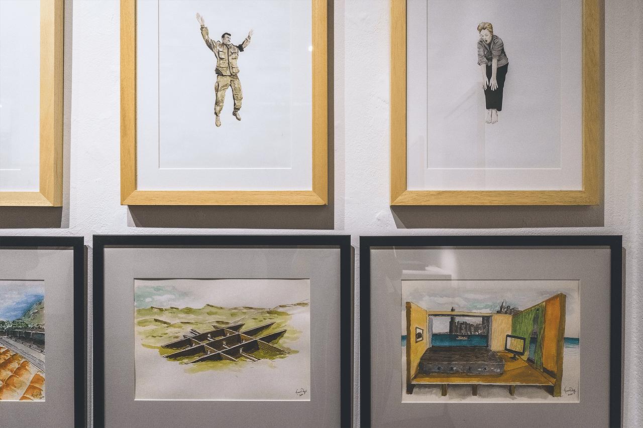 opere di lucia lamacchia, illustrazioni di personaggi che cadono, sotto i paesaggi immaginari di franco raggi