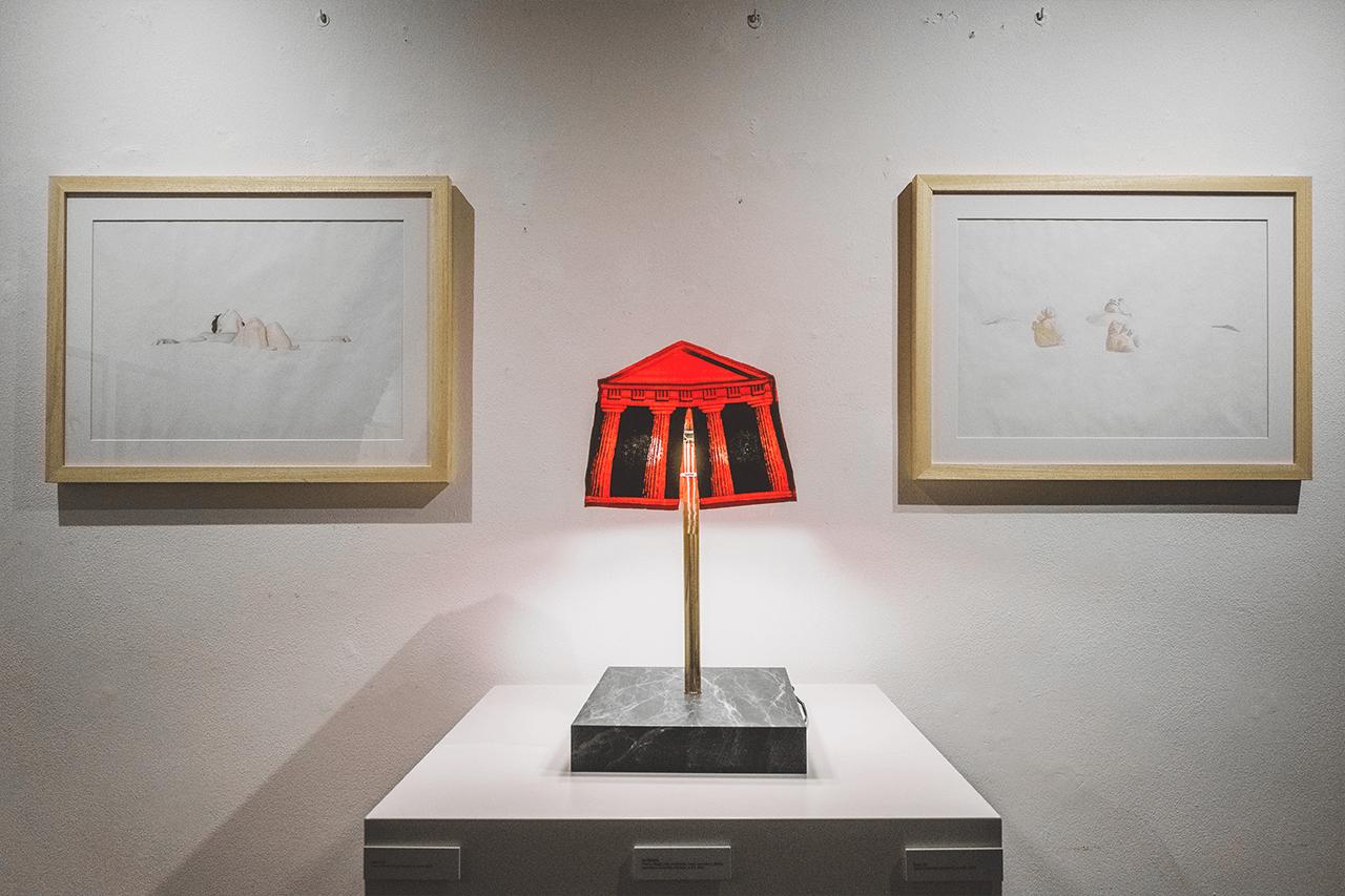 lampada alchymia tenda di franco raggi in mezzo a due illustrazioni