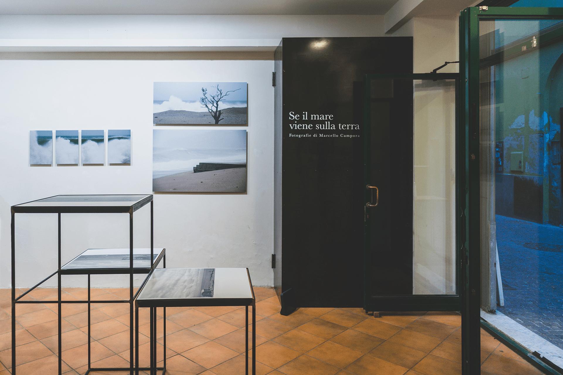 """interno della mostra """"se il mare viene sulla terra"""" di marcello campora presso il traumfabrik"""