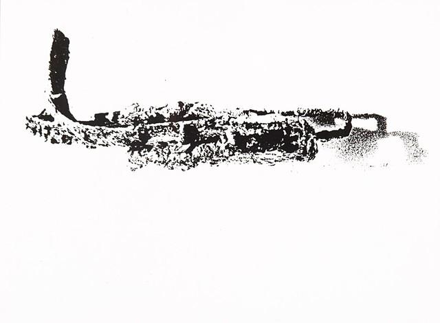 L'immagine rappresenta una stampa in gelatina d'argento di strumenti agricoli. Lo sfondo è bianco e il soggetto è in nero e l'immagine risulta molto contrastata. La composizione è chiaramente di realizzazione astratta.